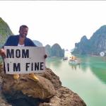 Парень путешествует по миру и делает маме фотопослания