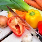Главные помощники женщины на кухне: приспособления для резки овощей и фруктов